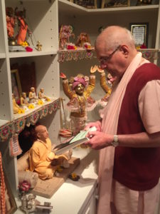 grs-presenting-hindi-wts-to-srila-prabhupada