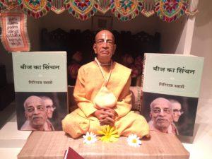 srila_prabhupada_flanked_by_hindi_wts