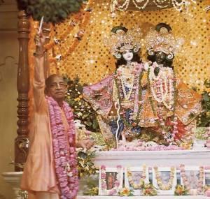 Srila Prabhupada ofreciendo el primer arati a Sri Sri Krishna Balarama en Vrin