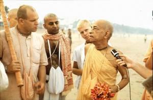 Srila Prabhupada hablando a Brahmananda Prabhu en Juhu Beach
