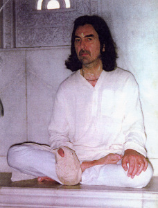 George-Harrison-Chanting-Hare-Krishna-in-Vrindavan