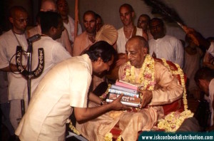 Prabhupada-distributing-books
